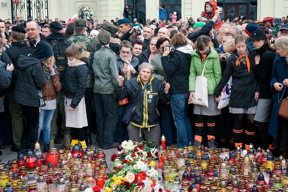 Warsaw, 10th of April 2010, in front of the Presidential Palace. Few hours after plane crash and death of the President Lech Kaczyński. People burn candles and pray.