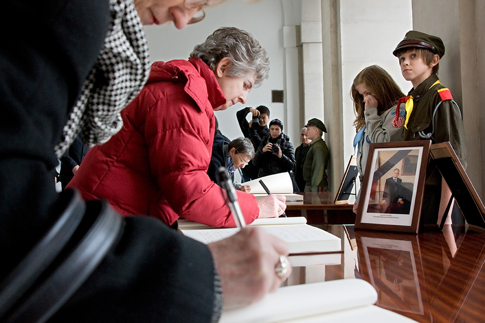 People sign in a book of condolence, Presidential Palace.
